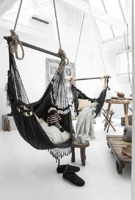 2. A rede cadeira trançada preta se destaca na decoração do ambiente. Fonte: Pinterest
