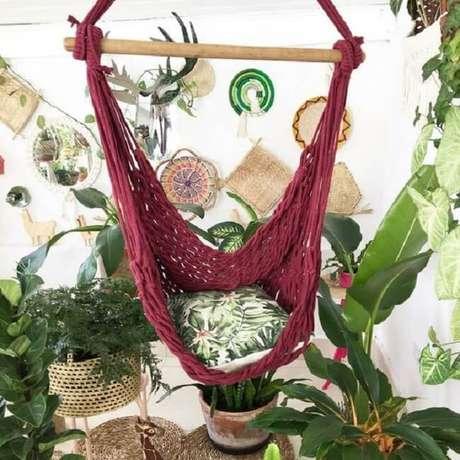 13. A cadeira rede de teto vinho se destaca em meio as folhagens. Fonte: Pinterest