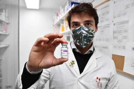 Vacina da AstraZeneca vem sendo usada pela Itália preferencialmente em pessoas com mais de 60 anos