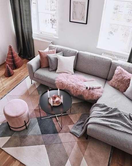 32. Decoração de sala cinza e rosa com modelos de tapete moderno com estampa geométrica – Foto: JERA Arquitetura e Engenharia