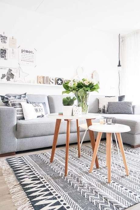 19. Decoração clean para sala de estar com modelo de tapete cinza – Foto: Pinterest