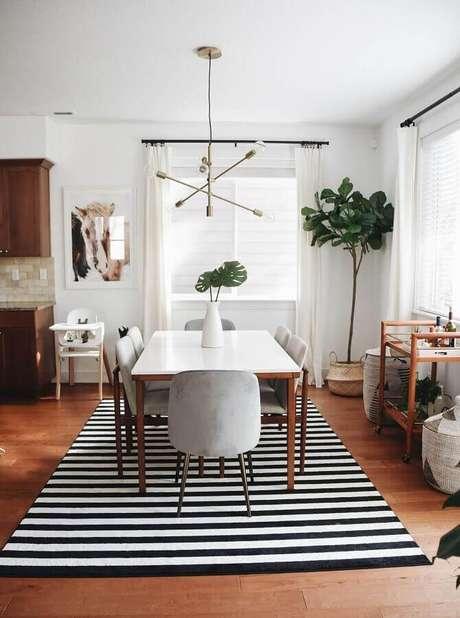 65. Modelos de tapetes listrados para decoração de sala de jantar simples – Foto: Pinterest