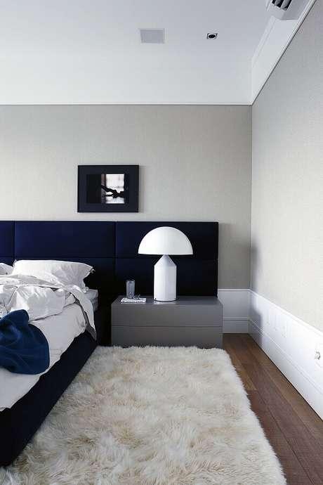 30. Decoração moderna para quarto com cabeceira azul planejada e modelo de tapete felpudo branco – Foto: Archilovers