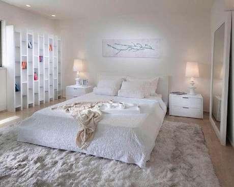 18. Decoração clean com modelo de tapete felpudo para quarto branco – Foto: Houzz