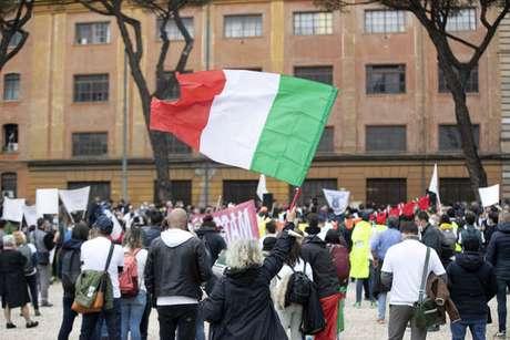 Vendedores ambulantes, donos de restaurantes e taxistas protestam contra restrições em Roma