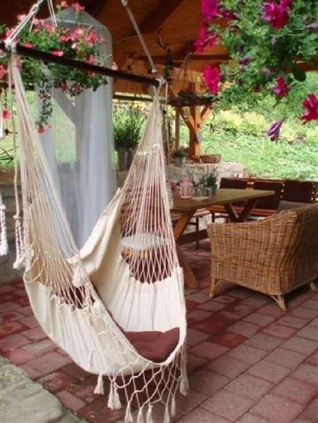 48. Varanda aconchegante com cadeira de balanço rede. Fonte: Pinterest