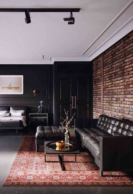 67. Modelos de tapetes persa para sala preta decorada com parede de tijolinho à vista – Foto: Jeito de Casa