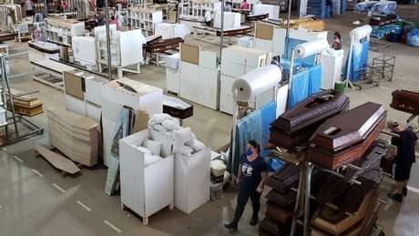 Linha de produção de caixões; setor tem corrido para dar conta do aumento da demanda