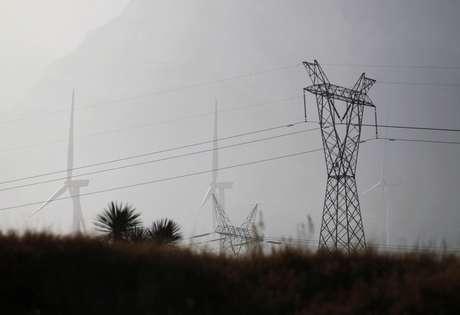 Linhas de transmissão perto de parque eólico 9/02/2021 REUTERS/Daniel Becerril