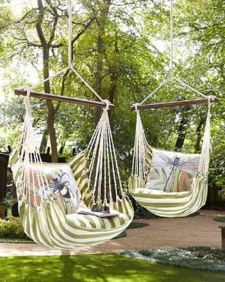 18. As almofadas estampadas alegram a rede cadeira. Fonte: Pinterest