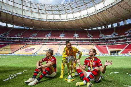 Diego, Diego Alves e Filipe Luís posam com taça da Supercopa (Foto: Marcelo Cortes/Flamengo)