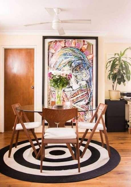 47. Modelo de tapete redondo preto e branco para decoração de sala de jantar com mesa de vidro – Foto: Pinterest
