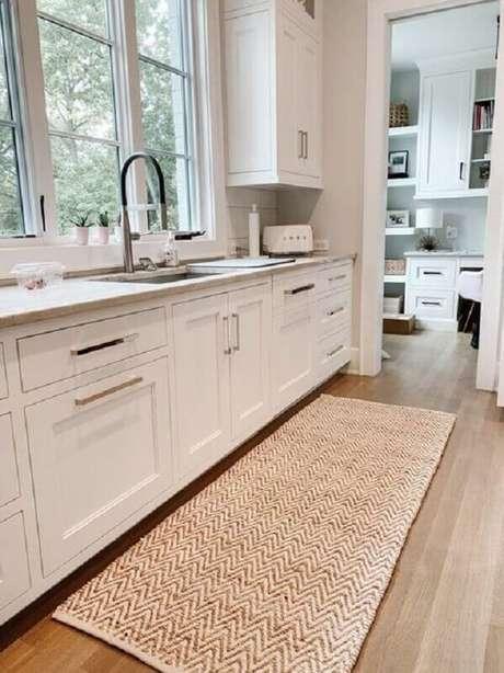 49. Decoração simples de cozinha branca com modelos de tapetes de sisal – Foto: Luly & Georgia