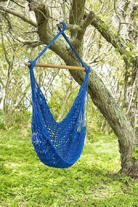 7. A rede cadeira suspensa azul traz conforto para aqueles que desejam apreciar a natureza. Fonte: Casa MinD