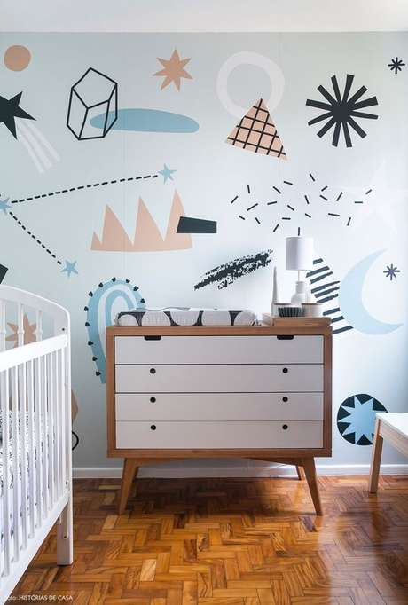 24. Quarto de bebe retro com papel de parede divertido – Foto Historias De Casa