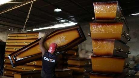 Fabricantes de caixões dizem que nunca tiveram tantos pedidos quanto agora