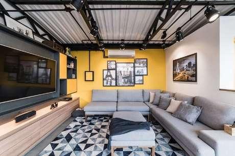 20. Decoração estilo industrial com modelo de tapete geométrico para sala de TV – Foto: Pietro Terlizzi