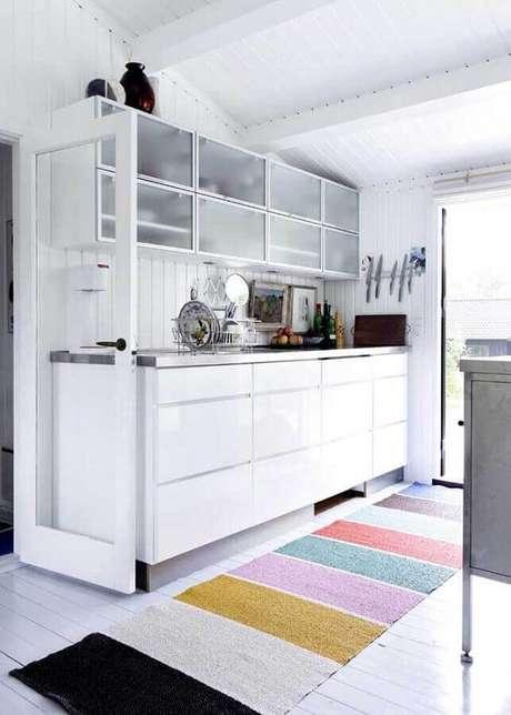 16. Modelo de tapete para cozinha branca decorada com estilo simples – Foto: Apartment Therapy