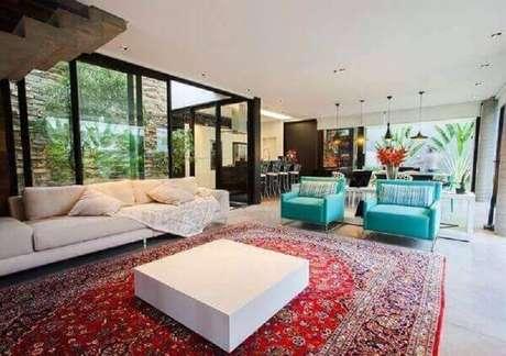 7. Invista em modelos de tapetes persa para um toque mais sofisticado na sua decoração – Foto: Revista Sua Casa