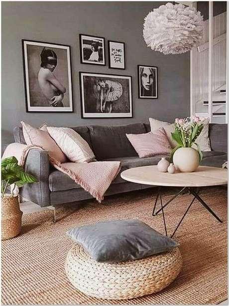 71. Modelos de tapetes sisal para decoração de sala cinza com detalhes em cor de rosa – Foto: A Casa Delas