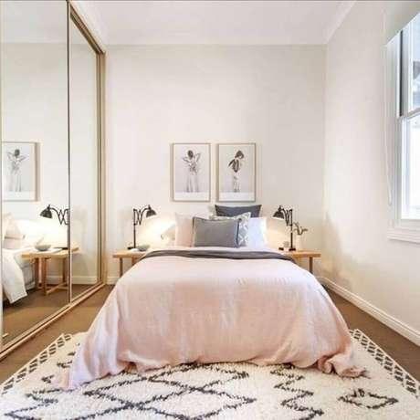 42. Modelo de tapete para quarto de casal simples decorado com guarda roupa espelhado – Foto: Estopolis