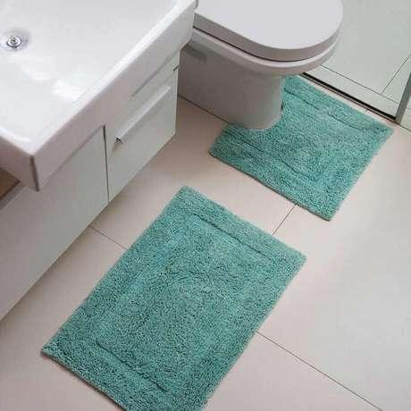 55. Modelos de tapetes para banheiro simples decorado – Foto: WP Tapetes