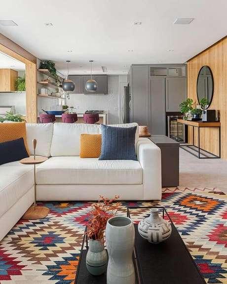 26. Modelo de tapete colorido para decoração de sala ampla e moderna decorada com sofá de canto branco – Foto: Casa de Valentina