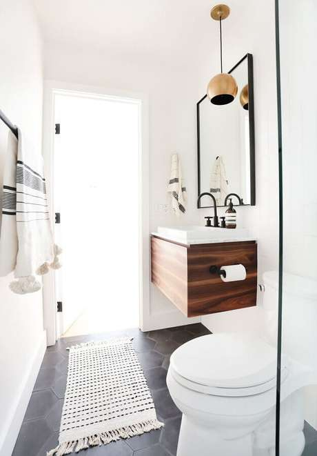 37. Decoração clean com modelo de tapete para banheiro pequeno decorado com gabinete de madeira suspenso – Foto: Pinterest