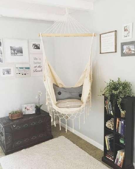 42. Posicione uma estante de livros próxima a rede tipo cadeira. Fonte: Pinterest