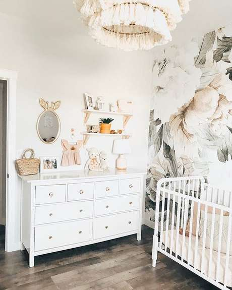 55. Quarto de bebe retro branco com papel de parede floral – Foto Project Nursery