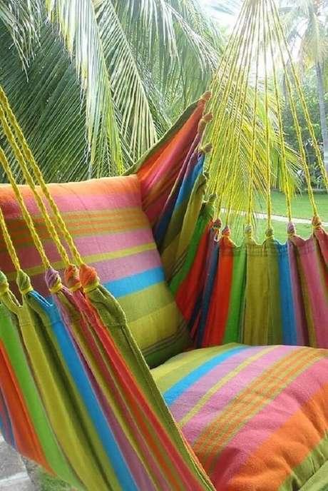 46. Traga alegria para a decoração com a rede cadeira colorida. Fonte: Pinterest