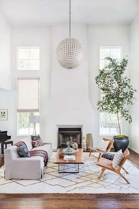 63. Modelos de tapetes para sala de estar com decoração clean – Foto: Elle Decor