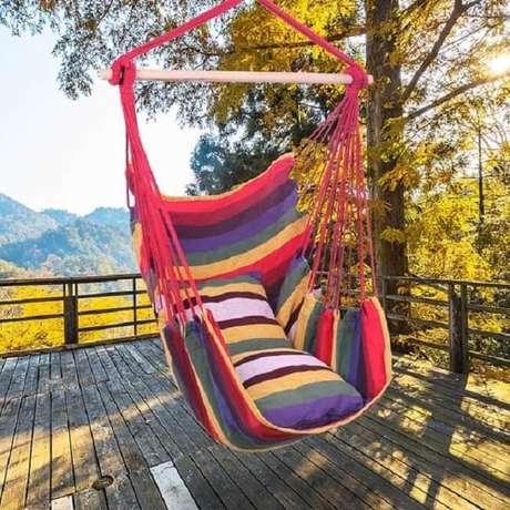 34. Modelo de rede cadeira colorida decora o terraço. Fonte: Pinterest