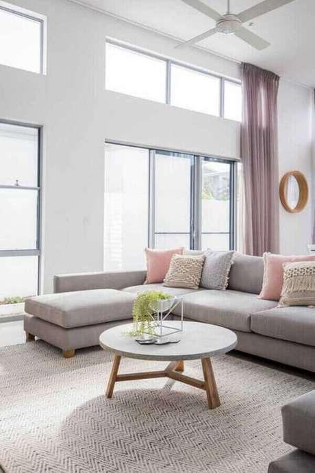 61. Invista em modelos de tapetes em cores claras para decoração minimalista – Foto: JERA Arquitetura e Engenharia