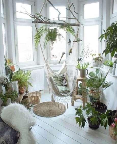 26. Crie um espaço aconchegante com plantas e cadeira rede de teto. Fonte: Pinterest