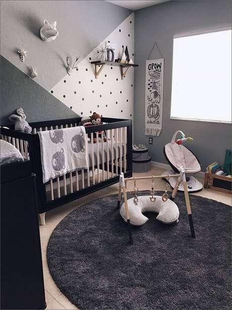 39. Modelo de tapete para quarto de bebê cinza com decoração moderna – Foto: HomeDeco