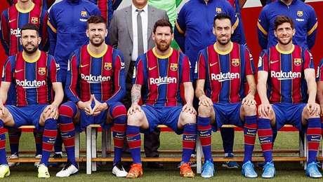 Piqué (o segundo da direita para esquerda) imita pose feita por Neymar