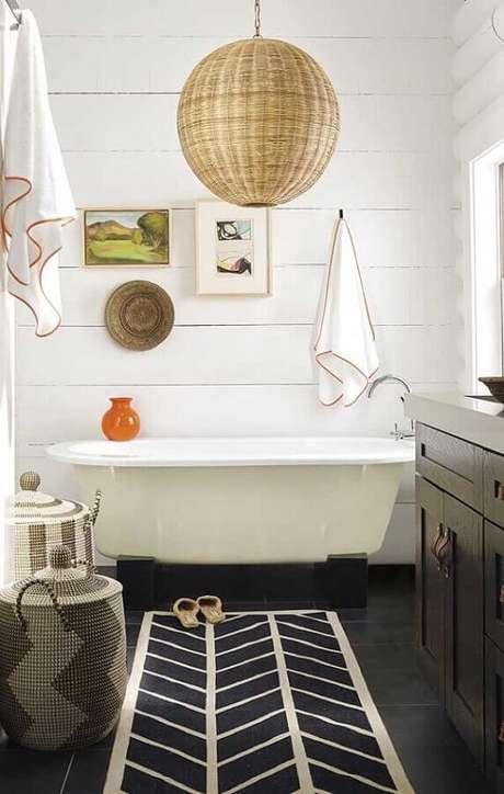 36. Modelo de tapete para banheiro decorado com banheira pequena – Foto: Pinterest