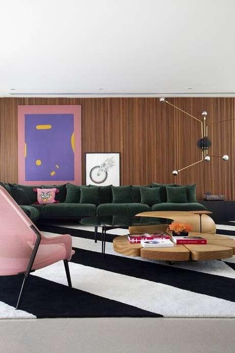 66. Modelos de tapetes para sala de estar moderna decorada com poltrona rosa – Foto: Casa de Valentina