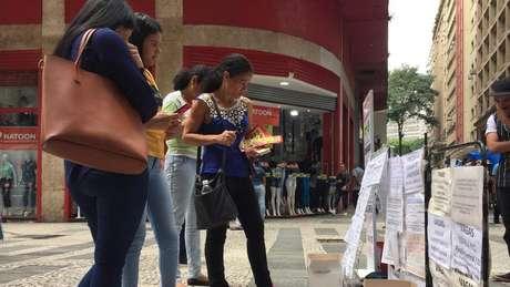 Na Rua Barão de Itapetininga, em São Paulo, vagas de emprego são expostas na rua e em postes