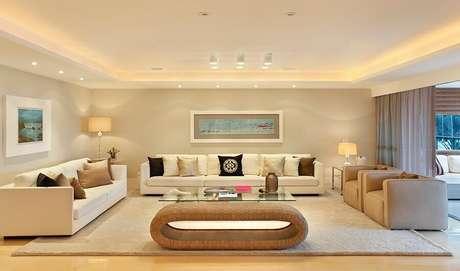 62. Modelos de tapetes para sala de estar ampla decorada em tons de bege – Foto: Roberta Devisate