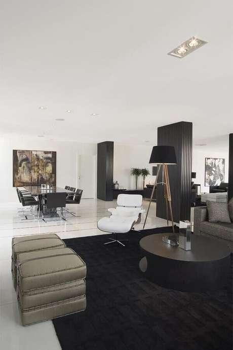 69. Decoração de sala moderna com modelo de tapete preto – Foto: Jayme Bernardo
