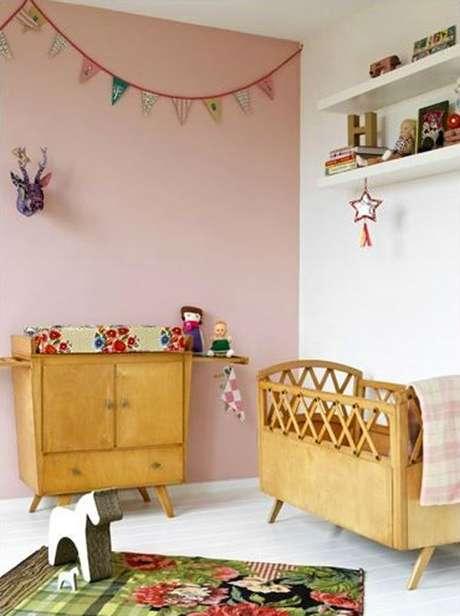 34. Quarto de bebe retro rosa com moveis de madeira – Foto Baby Zimmer