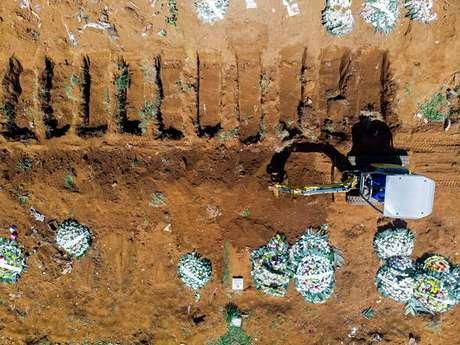 Covas abertas em cemitério brasileiro para enterro de vítimas da Covid