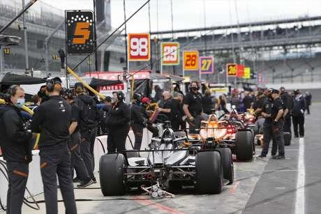 A fila de carros para tomar a pista em teste no oval de Indianápolis