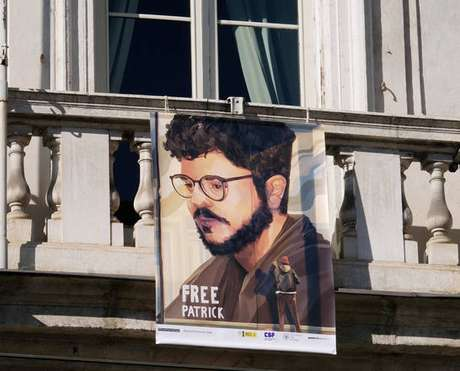 Manifesto em defesa do pesquisador egípcio Patrick Zaki em Turim, norte da Itália
