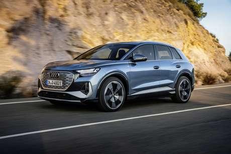 Novo Audi Q4 e-tron traz faróis de led e grade Singleframe na cor prata.