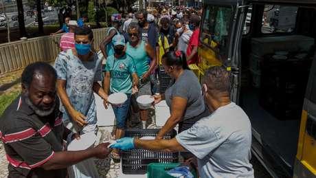 Após aumento considerável de pessoas em situação de rua em meio à pandemia do coronavírus, município de São Paulo entrega cerca de 7.500 almoços por dia a quem não tem o que comer