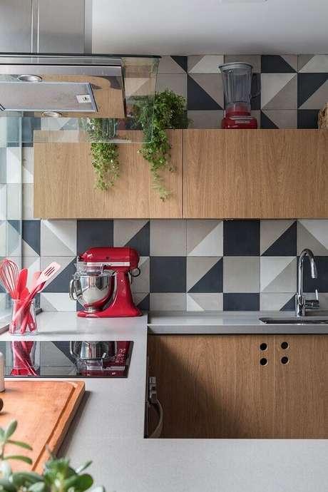 32. Revestimento cinza geométrico para decoração de cozinha amadeirada – Foto: Marina Carvalho