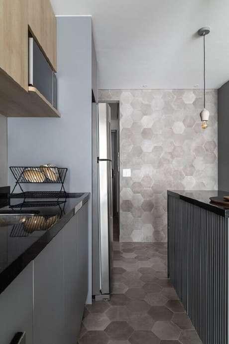 11. Decoração moderna de cozinha pequena com revestimento hexagonal cinza – Foto: MSAC Arquitetura